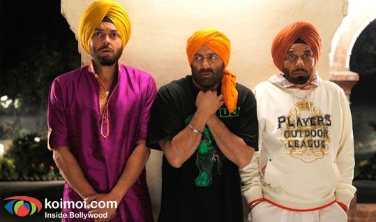 Bobby Deol, Sunny Deol, Dharmendra (Yamla Pagla Deewana Movie Still)