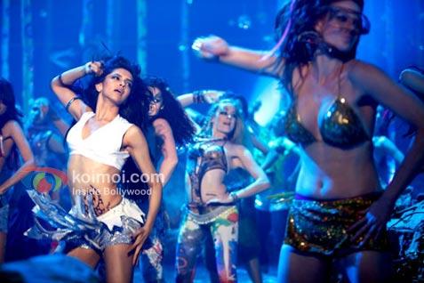Deepika Padukone's Item Seductive Number (Dum Maaro Dum Movie Stills)