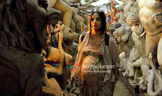 Vidya Balan Shows Off Her Baby Bump In Kahaani (Kahaani Movie Stills)