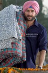 Saif Ali Khan sneaks into a house in Love Aaj Kal Movie