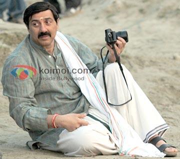 Sunny Deol Turns Photographer In Varanasi (Mohalla Assi Movie On The Sets Movie Stills)