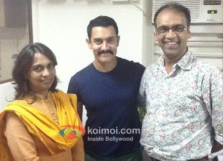 Aamir Khan (c) with Editor Komal Nahta (r) and Mmeena Nahta (l).