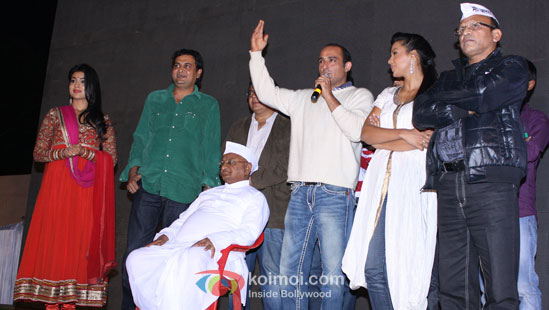 Anna Hazare with the star cast of Gali Gali Chor Hai in Ralegaon