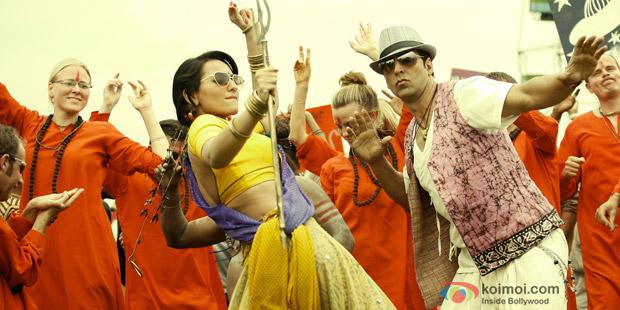 Akshay Kumar & Sonakshi Sinha in a still from Joker Movie