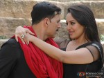 Akshay Kumar and Sonakshi Sinha love scene in Rowdy Rathore Movie Stills