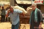 Nana Patekar and Om Puri holding sacks in Kamaal Dhamaal Malamaal Movie Stills