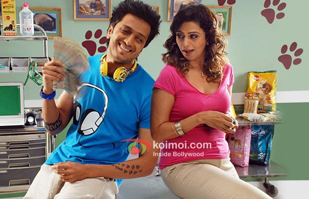 Sarah Jane Dias and Ritesh Deshmukh in a romantic moment in Kyaa Super Kool Hain Hum Movie Stills