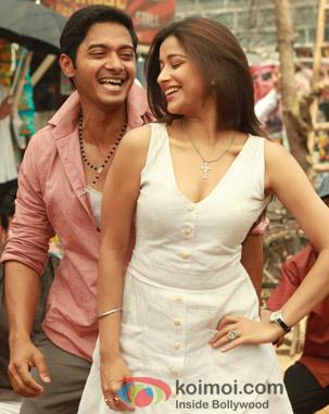 Shreyas Talpade and Madhhurima Banerjee in a still from Kamaal Dhamaal Malamaal Movie
