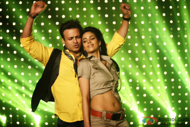 Vivek Oberoi and Mallika Sherawat in song from Kismet (Kismat) Love Paisa Dilli Movie Stills