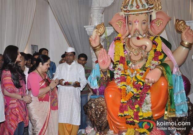 Shilpa Shetty And Sunanda Shetty Visits In Andheri Cha Raja