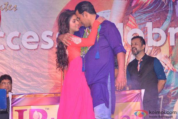 Asin and Akshay Kumar Promoting Khiladi 786 at Mithibai College