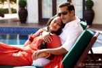Salman Khan and Sonakshi Sinha get cosy by the pool in Dabangg 2 Movie Stills
