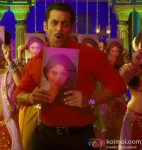 Salman Khan grooves to the 'Fevicol' song in Dabangg 2 Movie Stills