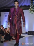 Vivek Oberoi Walk The Ramp At Global Peace Fashion Show Pic 3