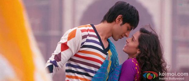 Kartik Tiwari and Nushrat Bharucha in Akaash Vani Movie Stills