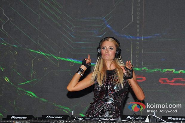 Paris Hilton plays the perfect DJ at India Resort Fashion Week 2012
