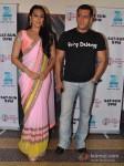 Sonakshi Sinha and Salman Khan promote Dabangg 2 on the sets of Sa Re Ga Ma Pic 1