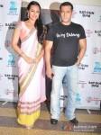 Sonakshi Sinha and Salman Khan promote Dabangg 2 on the sets of Sa Re Ga Ma Pic 3