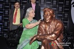 Waheeda Rehman unveils Dev Anand's Statue at UTVSTARS' Walk Of The Stars Pic 2
