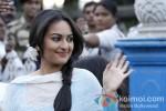 Sonakshi Sinha shoot for 'Bullet Raja' in Kolkata Pic 1