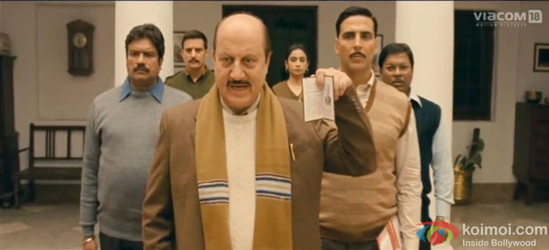 Anupam Kher and Akshay Kumar in a still from Special Chabbis (26) Movie
