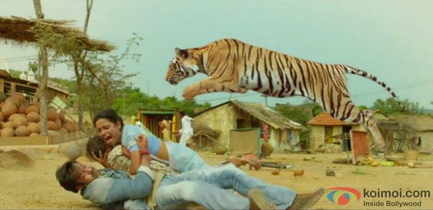 Ajay Devgn Fight Scene with Tiger Still from Himmatwala Movie