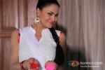 Veena Malik Playing Colour Holi Pic 3