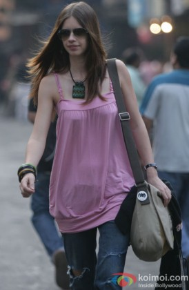 Kalki Koechlin in a still from That Girl in Yellow Boots Movie Pic 4