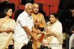 Suresh Wadkar And Lata Mangeshkar At Master Dinanath Mangeshkar Award ceremony 2013 Pic 2