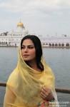 Veena Malik snapped at Gurudwara Pic 2