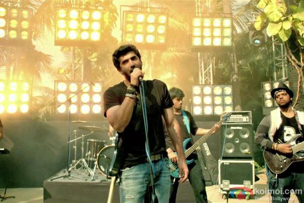 Aditya Roy Kapur in Milne Hai Mujhse Aayi Song in Aashiqui 2 Movie Stills