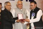 Pranab Mukherjee giving award to Annu Kapoor