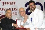 Pranab Mukherjee giving award to Javed Jaffrey