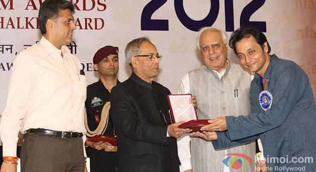 Pranab Mukherjee presenting the Best Screenplay Award to Sujoy Ghosh at the 60th National Film Awards 2012