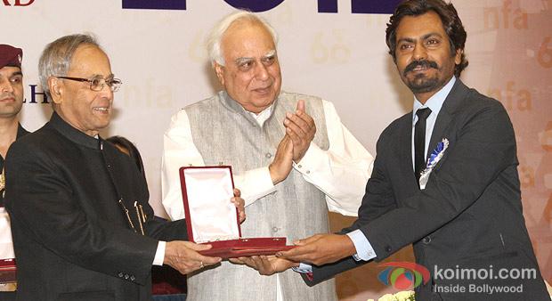 Pranab Mukherjee presenting the Special Jury Award to Nawazuddin Siddiqui at the 60th National Film Awards 2012