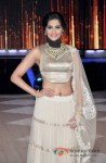 Sonam Kapoor Promotes Raanjhanaa On The Sets Of 'Jhalak Dikhla Jaa' Pic 1
