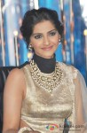 Sonam Kapoor Promotes Raanjhanaa On The Sets Of 'Jhalak Dikhla Jaa' Pic 3