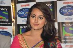 Sonakshi Sinha Promotes Lootera on the sets of Indian Idol Junior Pic 2