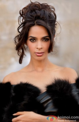 A Sizzling Mallika Sherawat Poses For Shutterbugs