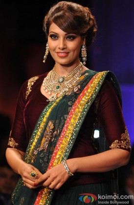Bipasha Basu Looks Beautiful In Indian Avatar