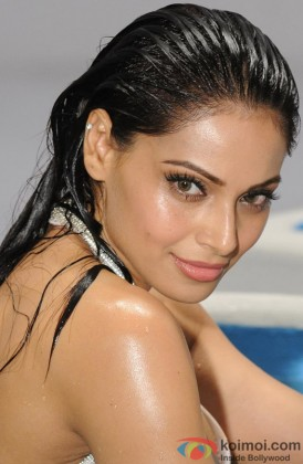 Bipasha Basu Looks Sexy With Wet Hair
