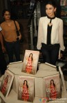 Karisma Kapoor unveils her book 'My Yummy Mummy Guide' Pic 4