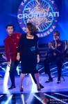 Ranbir Kapoor and Neetu Kapoor with Amitabh Bachchan promote 'Besharam' on KBC 7 Pic 2