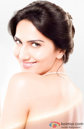 Vaani Kapoor flaunts her sexy back