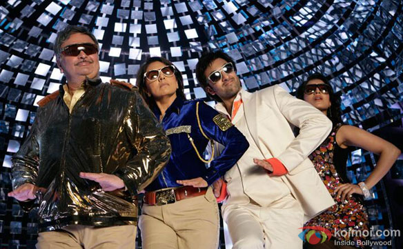 Rishi Kapoor, Neetu Kapoor Ranbir Kapoor and Pallavi Sharda in Chal Hand Uthake Nachche Song from Besharam Movie