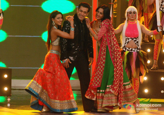Pratyusha Banerjee, Salman Khan and Kamya Panjabi in Bigg Boss 7 - Grand Finale