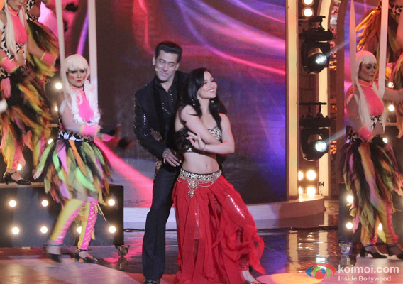 Salman Khan and Elli Avram in Bigg Boss 7 - Grand Finale Pic 3