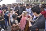 Karan Johar turns 'Photowala' for 'Mission Sapne' show Pic 4