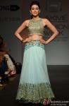 Karisma Kapoor walks the ramp at 'Lakme Fashion Week' 2014 Pic 1