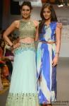 Karisma Kapoor walks the ramp at 'Lakme Fashion Week' 2014 Pic 2